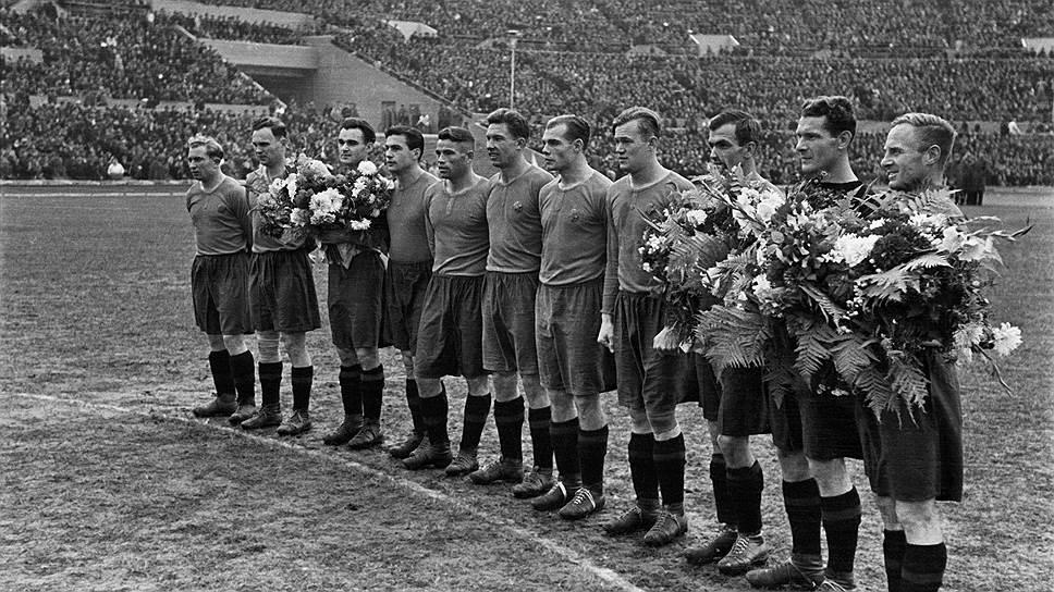 «В воротах ЦДКА В.Никаноров (на фото — второй справа) провел свыше 200 матчей — календарных, кубковых, международных, товарищеских, контрольных»