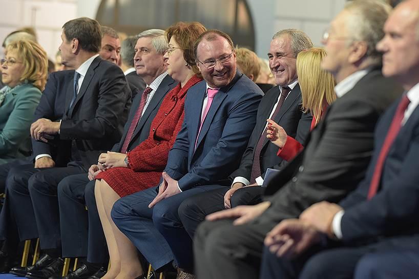 Справа налево: заместители председателя Государственной думы (ГД) России Сергей Неверов (четвертый справа), Игорь Лебедев, Ольга Епифанова, и первый заместитель председателя ГД Иван Мельников перед началом оглашения послания