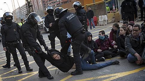 Каталония вернулась к протестам и забастовкам // Жители испанского региона не согласны с судом над сторонниками независимости