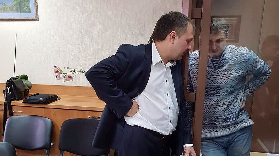 Адвокат Михаил Беньяш (справа)