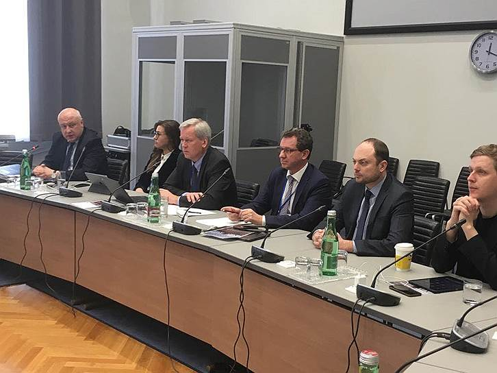 Председатель ПА ОБСЕ Георгий Церетели (слева) и председатель Фонда Бориса Немцова за свободу Владимир Кара-Мурза-младший (справа)
