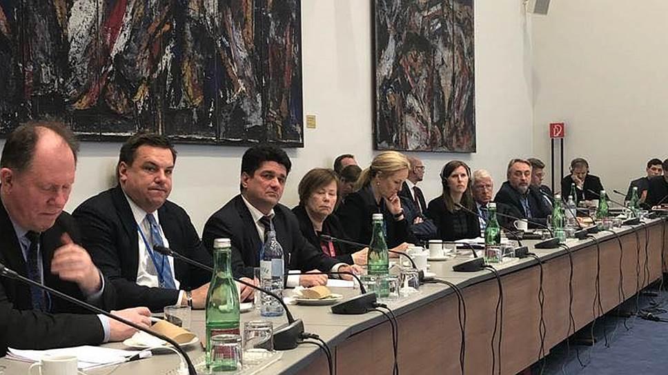 Адвокат Жанны Немцовой Вадим Прохоров (третий слева)