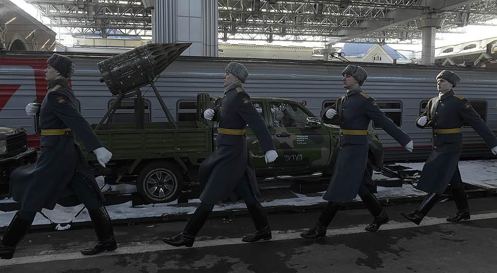 Поезд стартовал с Казанского вокзала Москвы в Тулу. Всего за 75 дней выставочный состав сделает 60 остановок, причем как в больших городах, так и в малонаселенных пунктах
