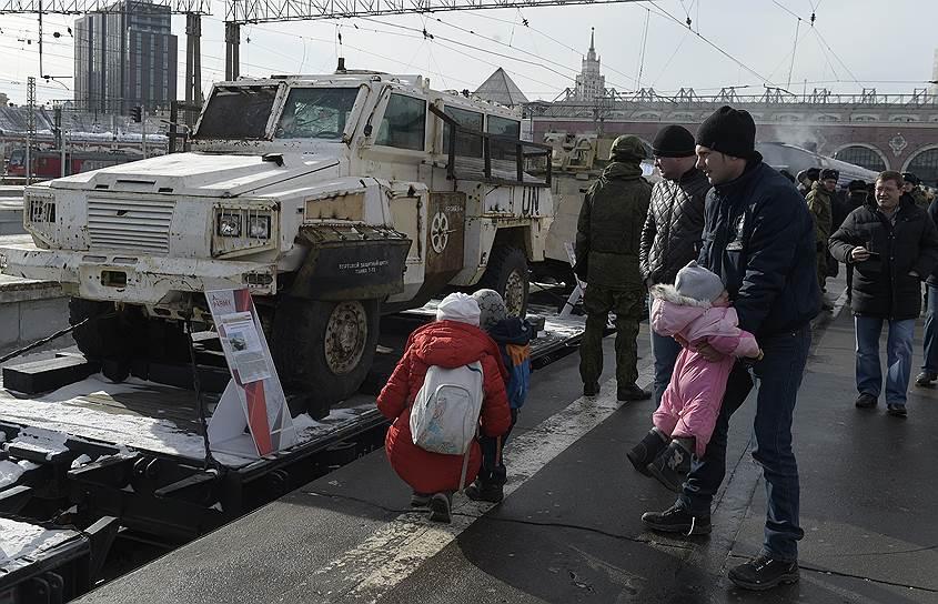 Кроме того, в одном из вагонов поезда размещена сцена, на которой выступят ансамбли Александрова и Центрального дома Российской армии, а также ансамбли песни и пляски всех военных округов и флотов