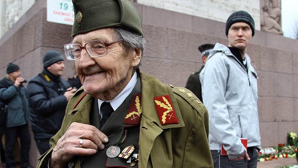 Шествие бывших легионеров «Ваффен СС» и их сторонников. Девяностолетний эсэсовец во время шествия в Латвии