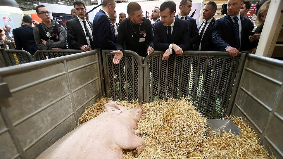 Президент Франции Эмманюэль Макрон (второй справа)