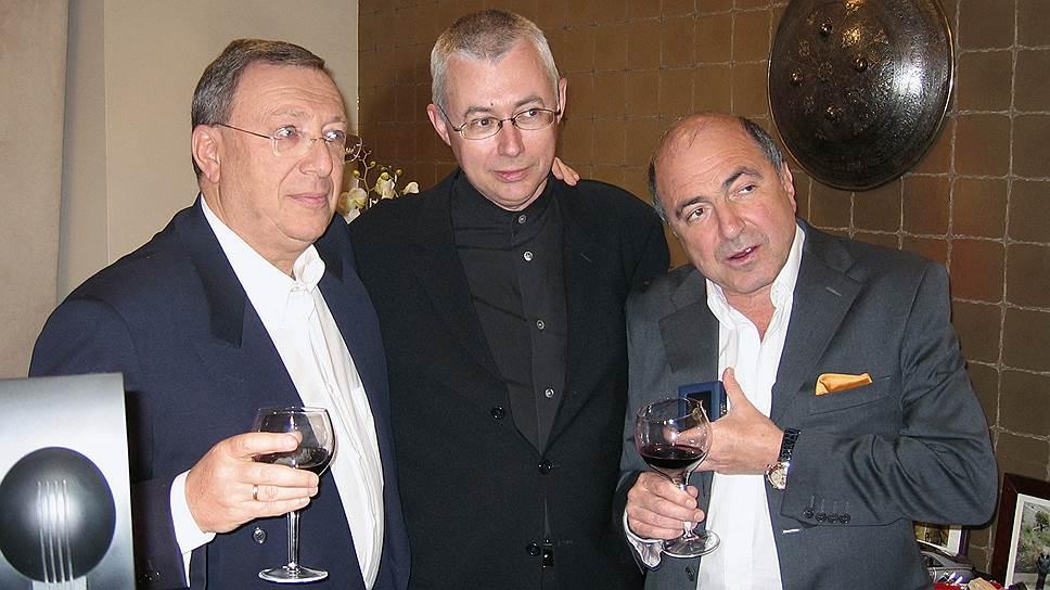 Основатели НТВ Владимир Гусинский (слева), Игорь Малашенко (в центре) и бизнесмен Борис Березовский