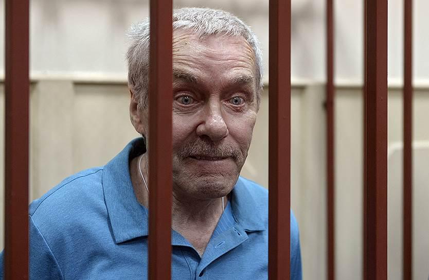 <b>Виктор Захарченко, отец полковника Дмитрия Захарченко</b> <br>По данным следствия, фиктивно занимал должность в банке «Московское ипотечное агентство» и получил там зарплату в размере 4 млн руб. У него также была обнаружена недвижимость на сумму 260 млн руб. и 1,1 млн руб. на счетах. Находится под домашним арестом