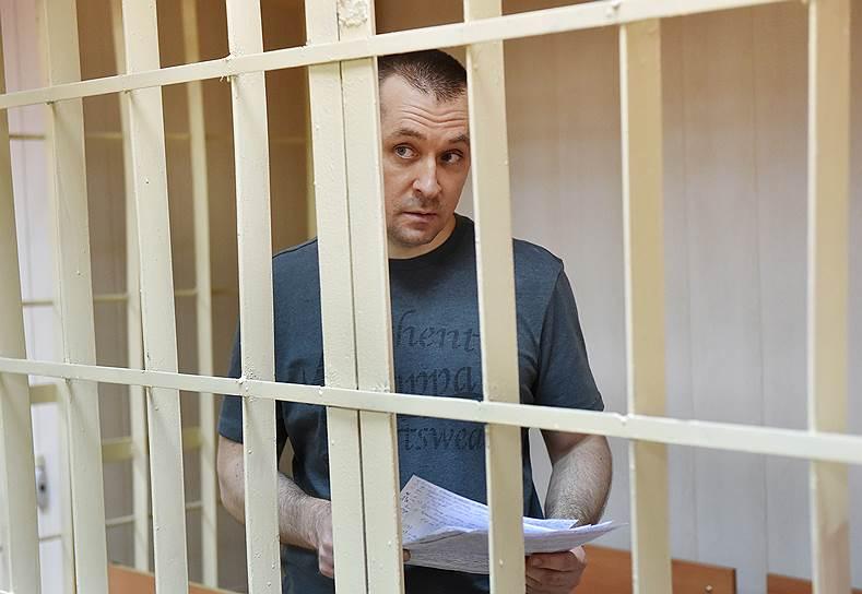 <b>Дмитрий Захарченко, полковник МВД</b> <br>8 сентября 2016 года полковник МВД Дмитрий Захарченко был задержан сотрудниками ФСБ. Высокопоставленного полицейского заподозрили в получении взяток. В декабре 2017 года Никулинский райсуд Москвы конфисковал у полковника Захарченко, его родственников и подруг 13 квартир, 14 машиномест, а также более 8 млрд руб. Следствие обвинило полковника в нескольких эпизодах получения взятки. В частности, от владельца ресторана La Maree Меди Дусса и совладельца ООО «Группа компаний 1520» Валерия Маркелова