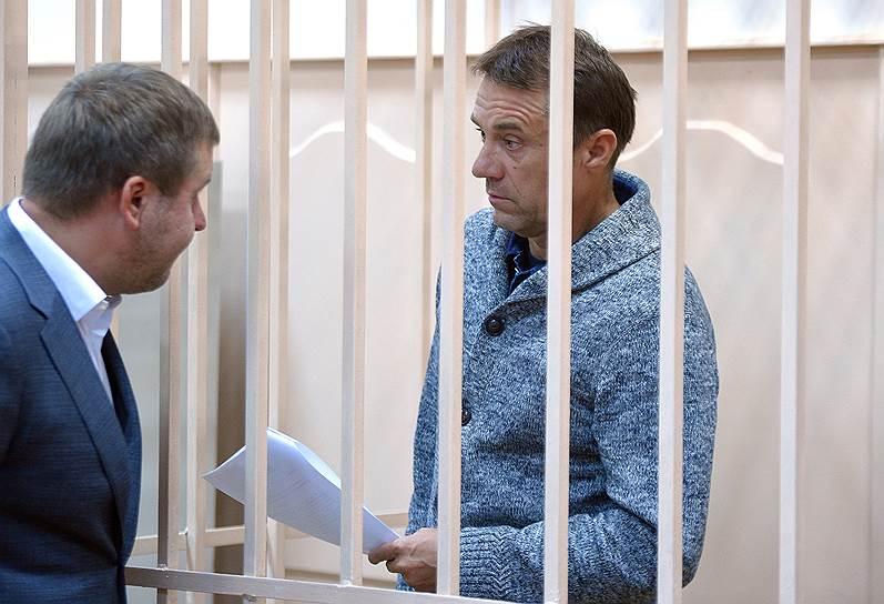 <b>Валерий Маркелов, совладелец ООО «Группа компаний 1520»</b> <br>По данным следствия, в период с 2007 по 2016 год господин Маркелов и трое его соучастников давали взятки за общее покровительство Дмитрию Захарченко. Общая сумма составила более 2 млрд руб. Арестован