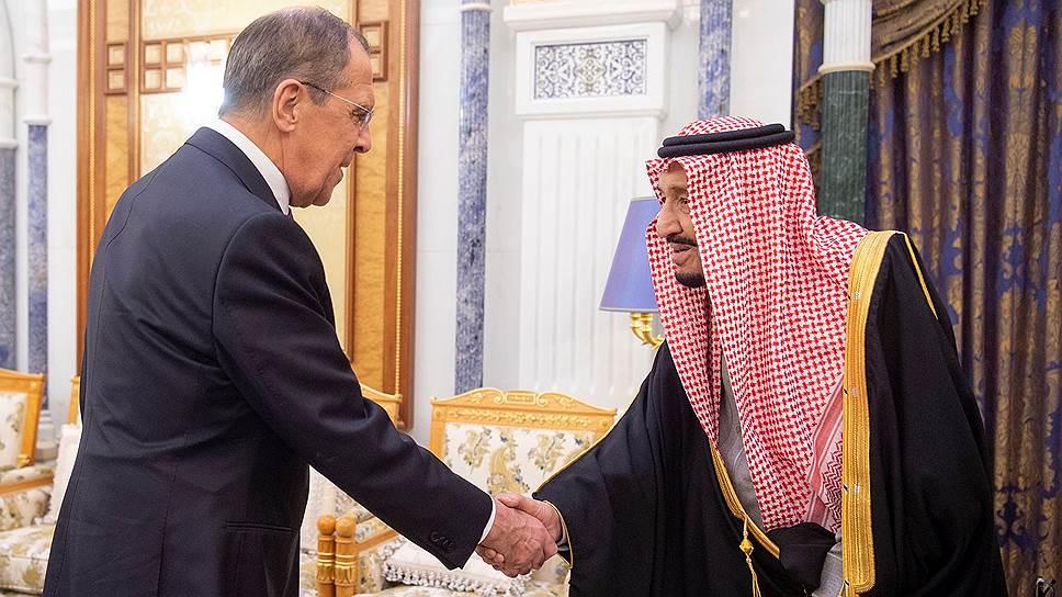 Король Саудовской Аравии Сальман бен Абдельазиз Аль Сауд (справа) и министр иностранных дел России Сергей Лавров