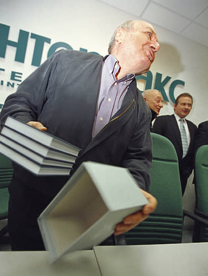 Михаил Жванецкий — автор книг «Встречи на улицах» (1982), «Год за два» (1987), «Когда нужны герои» (1992), «Моя Одесса» (1993) и других