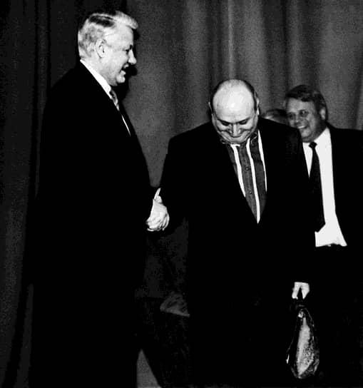 В 1988 году открыл свой театр миниатюр в Москве, став его художественным руководителем  <br>На фото: c президентом РФ Борисом Ельциным (слева) во время праздничного концерта, посвященного Дню независимости России, 1992 год