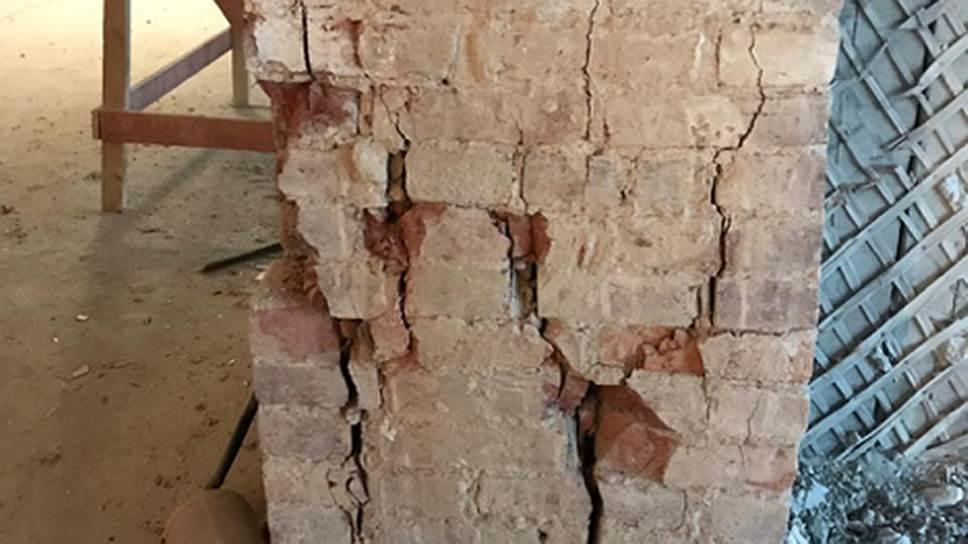 Правая плоскость столба, оголенная после демонтажа внутриарочной стены. Проектные решения по этому контракту не предусматривали «первоочередных противоаварийных мероприятий»