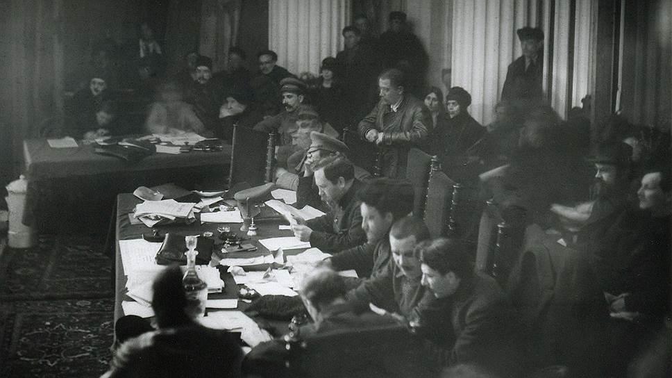 VIII съезд РКП(б) констатировал, что руководящие партийные товарищи оторвались от трудящихся масс (на фото — президиум съезда, Москва, март 1919 года)