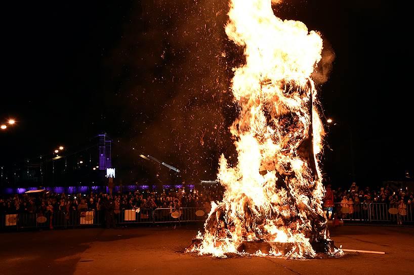 Сжигание чучела Масленицы в Парке Горького в Москве