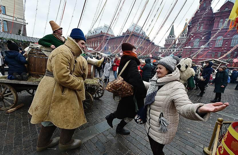Масленичные гуляния на Манежной площади в Москве