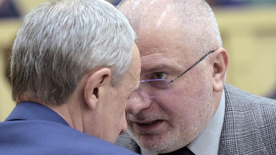 Сенатор Андрей Климов (слева) и глава комитета по конституционному законодательству Андрей Клишас