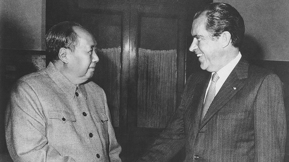 Китайский государственный и политический деятель Мао Цзэдун (слева) и 37-й президент США Ричард Никсон
