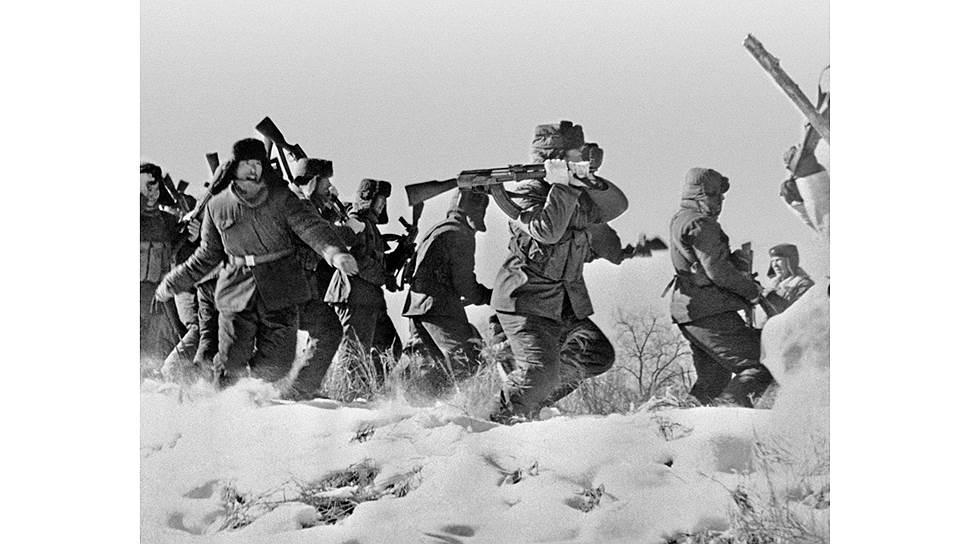Отряд китайских солдат пытается ворваться на остров Даманский на территории СССР