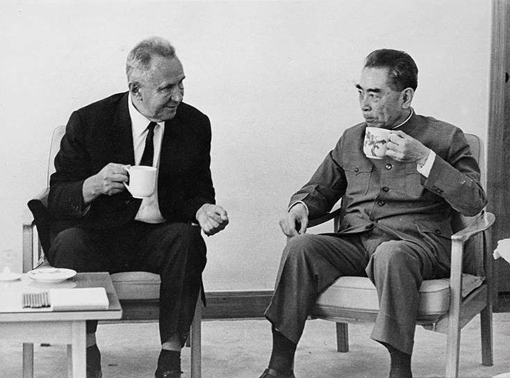 Председатель Совета министров СССР Алексей Косыгин и премьер-министр Госсовета Китая Чжоу Эньлай (справа)