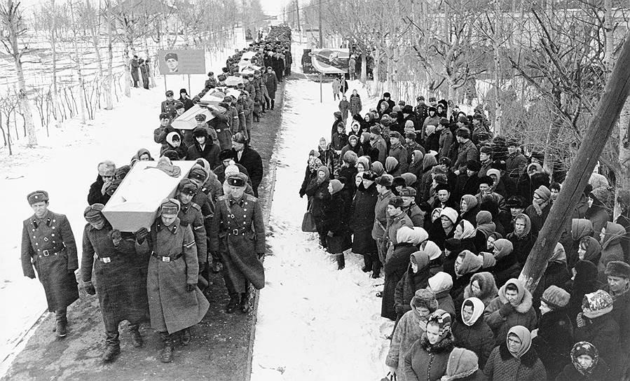 Траурная процессия с гробами погибших воинов