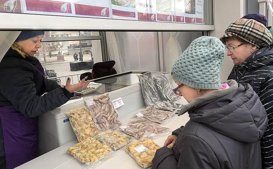 В торговых павильонах, установленных на 13 площадках Москвы, посетители смогут попробовать и купить популярные продукты из Крыма: рыбу, овощи, мед, чай, выпечку и т.д.