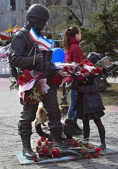 Цветы у памятника «Вежливым людям» в Севастополе
