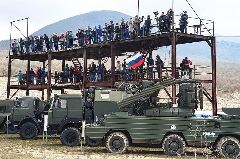 Зрители наблюдают за показом вооружений и военной техники