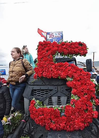 Участники праздничных мероприятий в честь пятой годовщины вхождения Крыма в состав России на горе Гасфорта