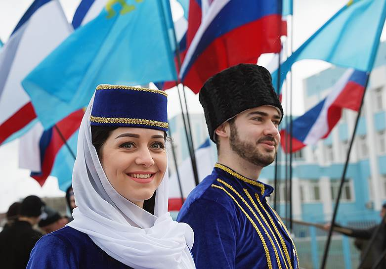 Участники фестиваля в национальных костюмах