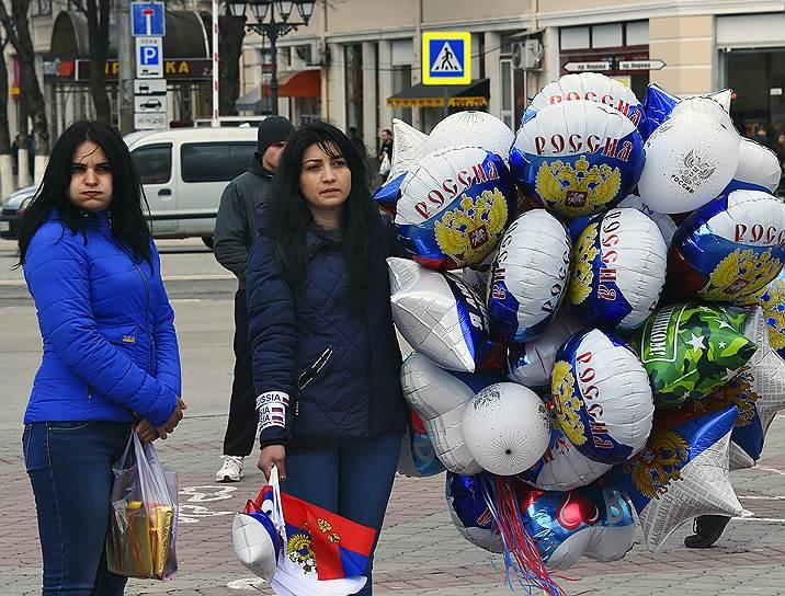 Продавщица шаров и флажков с символикой России на фестивале «Крымская весна»