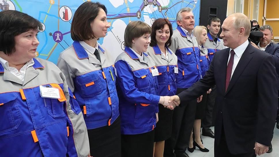 Президент России Владимир Путин и сотрудники Балаклавской ТЭС