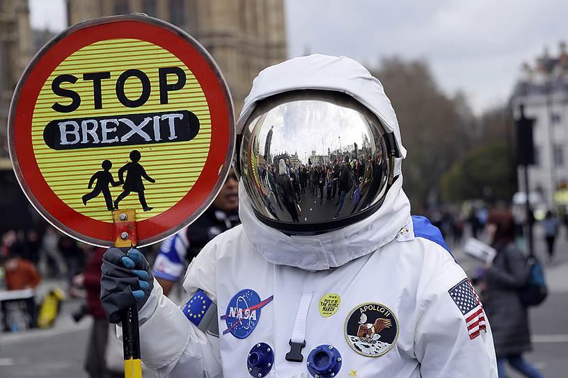 Демонстрант в костюме космонавта на марше протеста