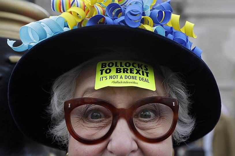 Участница акции протеста против выхода Великобритании из ЕС
