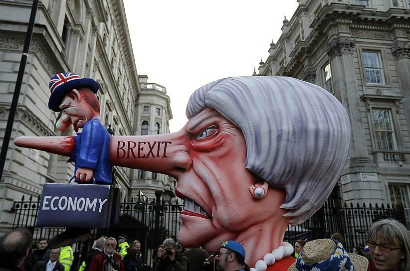 Демонстранты начали собираться в центре Лондона к полудню по местному времени (15:00 мск) и по нескольким улицам направились к площади у здания парламента