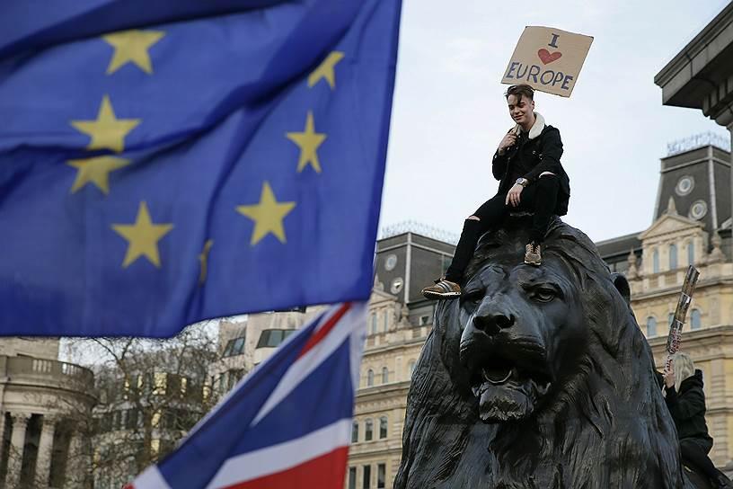 Демонстрант сидит на одном из львов на Трафальгарской площади во время марша протеста против «Брексита»