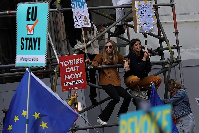 Организаторы акции (общественная кампания «Голос народа») призвали британских парламентариев поддержать проведение второго референдума, чтобы дать гражданам Великобритании возможность решить, как именно должен быть осуществлен «Брексит», и должно ли королевство вообще покидать ЕС