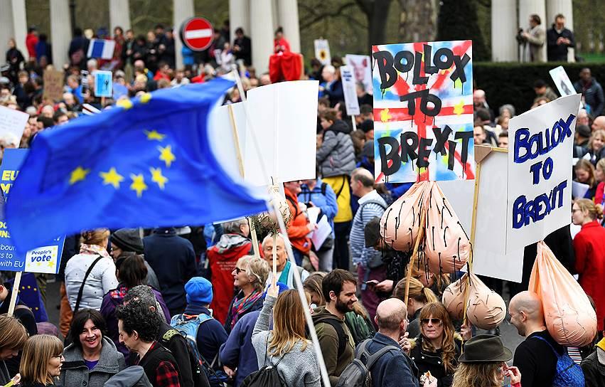 Демонстранты во время марша протеста против «Брексита»
