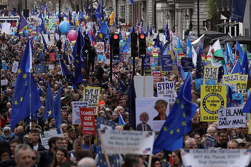 Со сцены перед людьми выступали представители всех парламентских партий страны