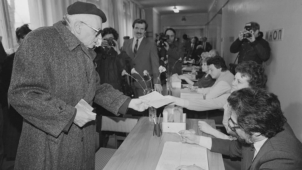 Академик Андрей Сахаров во время голосования