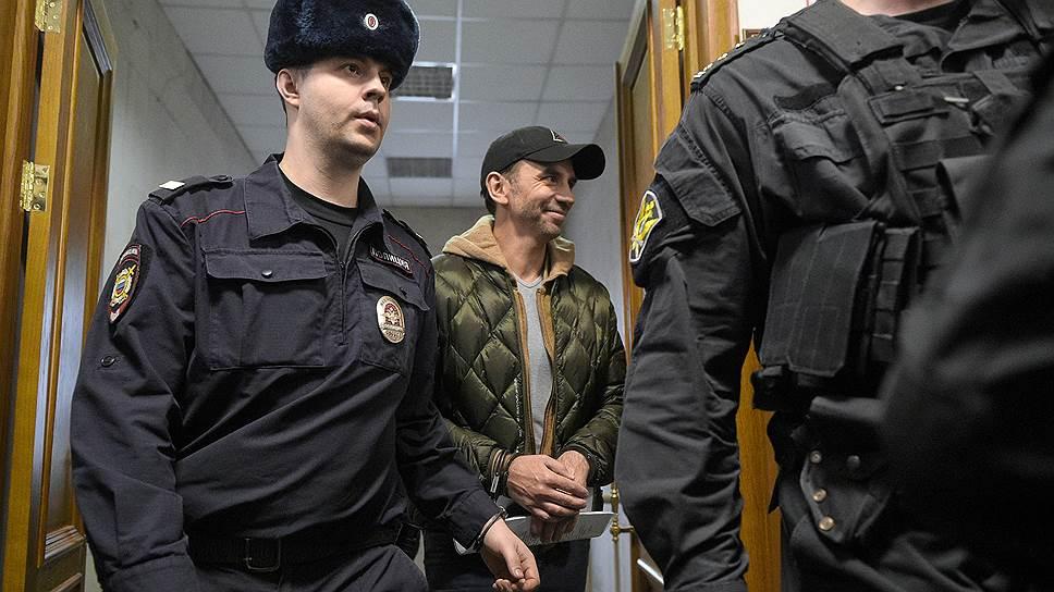 Михаила Абызова ведут по коридору