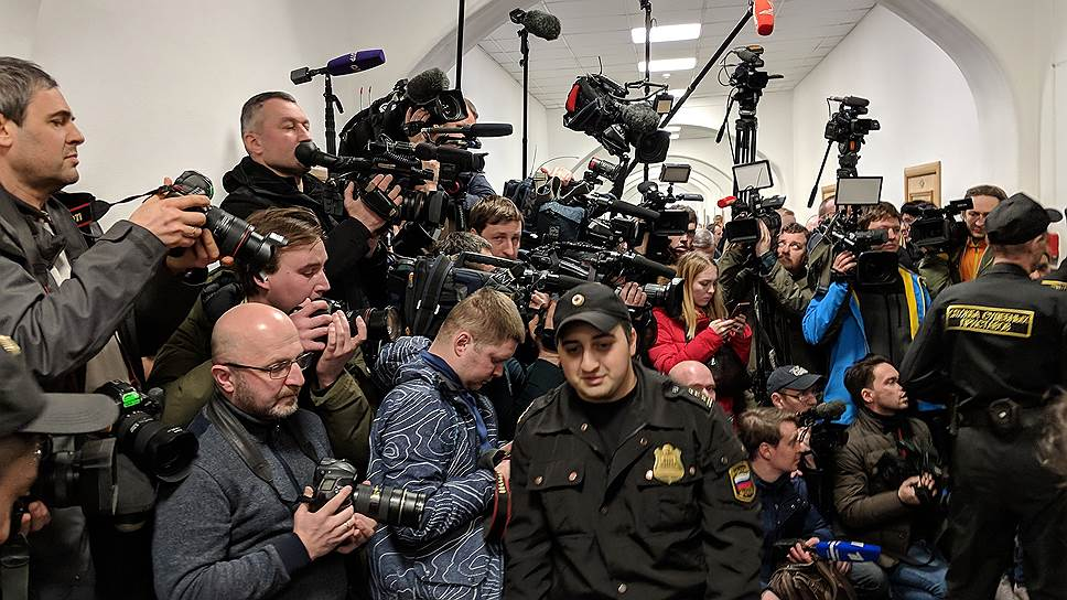 Журналисты и фотографы столпились в коридоре