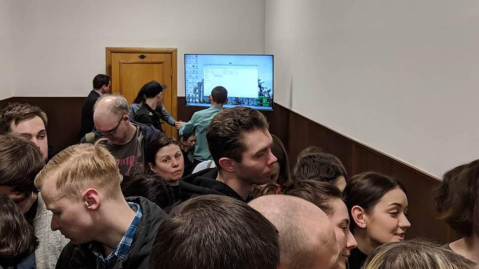 Подготовка к трансляции в коридоре Басманного суда