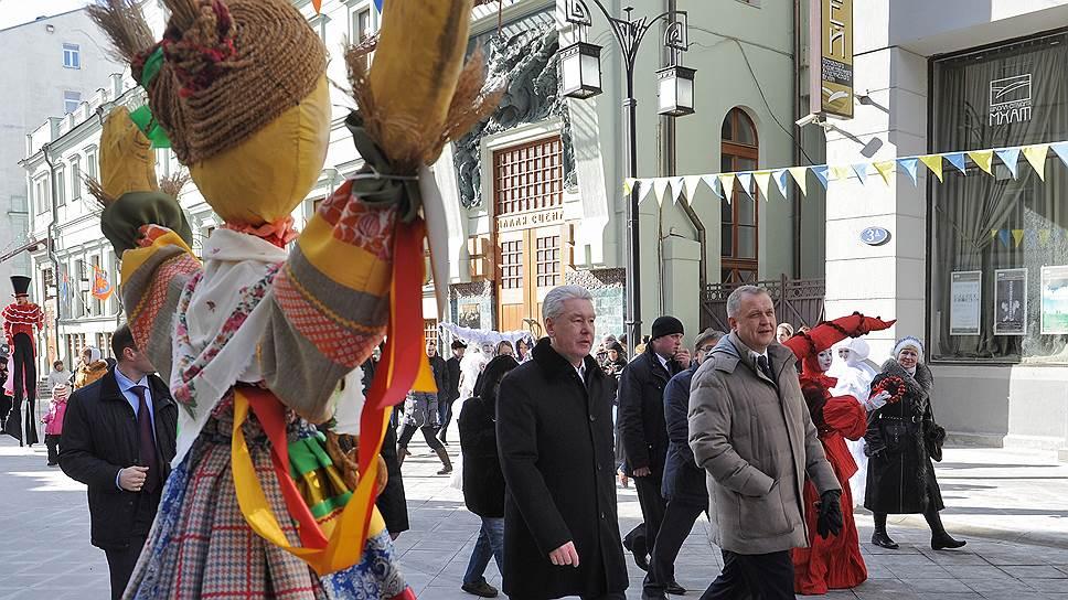 Мэр Москвы Сергей Собянин (в центре) и руководитель департамента культуры Сергей Капков (справа) во время осмотра Масленичной ярмарки в Камергерском переулке, 2013 год
