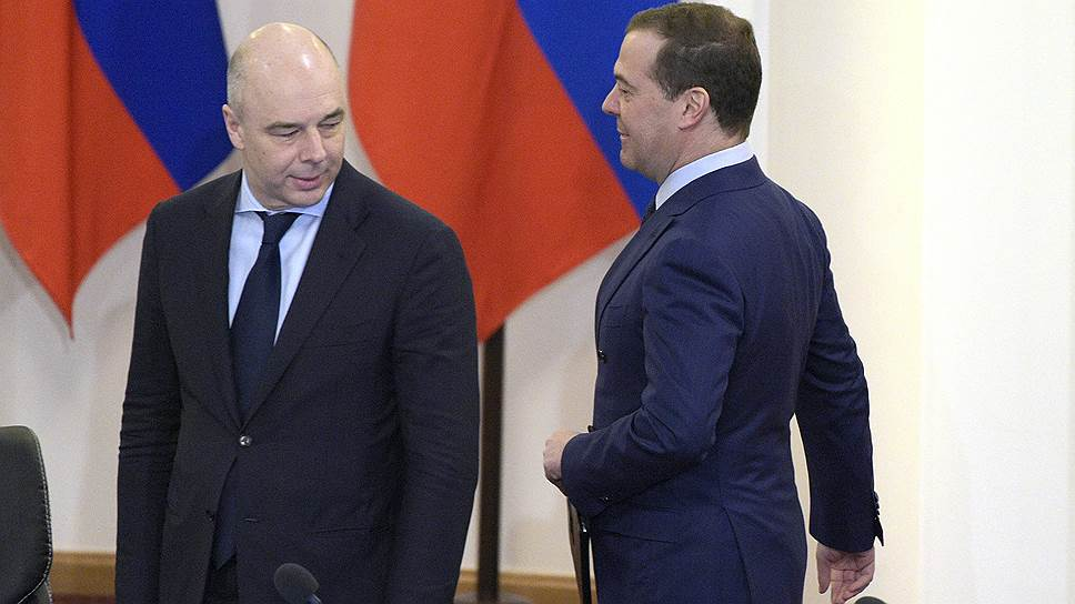 Министр финансов России Антон Силуанов (слева) и премьер-министр России Дмитрий Медведев