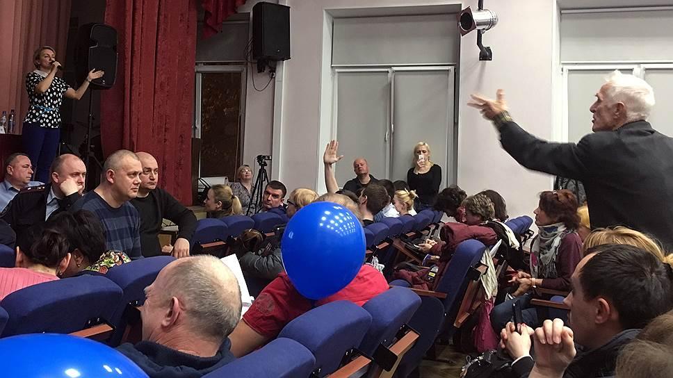 Участники общественных слушаний в зале лицея №1511 в Москве