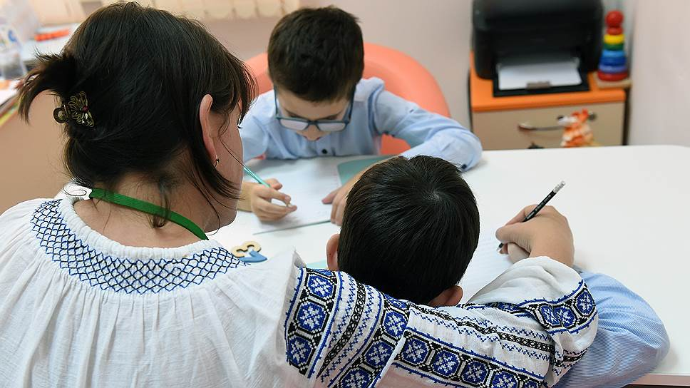 Если школьник устал от занятий, он может отдохнуть в специальной комнате или позаниматься с педагогом индивидуально
