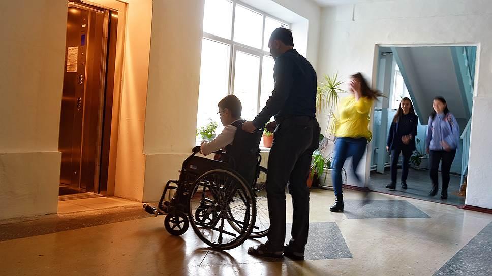 Особые образовательные потребности могут быть у ребенка с инвалидностью, трудного подростка или школьника, которому трудно дается какой-то предмет. Ресурсный центр в школе — это место помощи для всех детей, их родителей и учителей