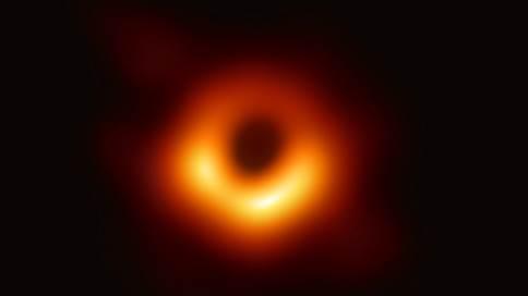 Черная дыра попала в объектив